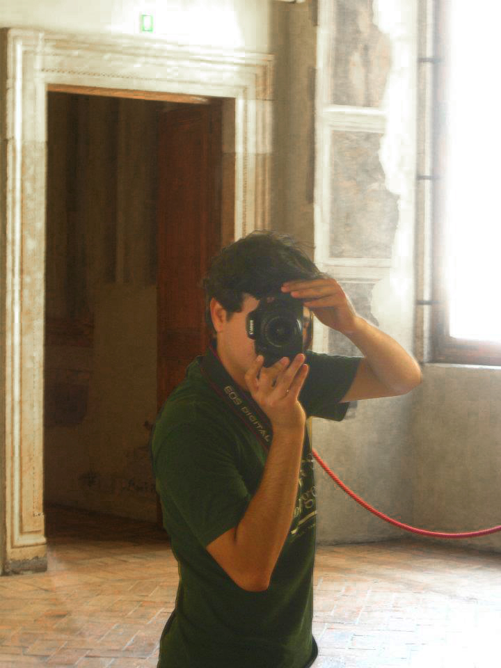 8l-Student-taking-pictures-in-Palazzo-Altemps